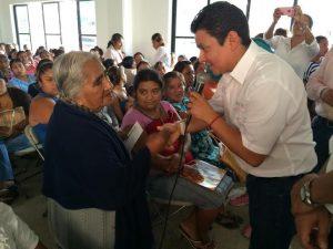 Explica Jorge Zárate en comunidades de la Costa  los beneficios de PROSPERA Programa de Inclusión Social