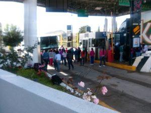 Normalistas toman caseta de cobro en Coixtlahuaca