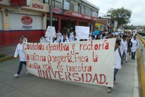 Marchan estudiantes de la UABJO ante arbitrariedades
