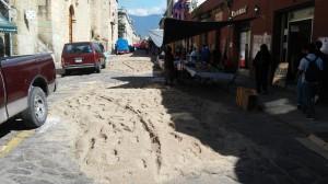 Elaboran comerciantes ambulantes tapetes de arena
