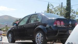 Asegura policía municipal vehículo abandonado y detiene a persona en posesión de otro con reporte de robo