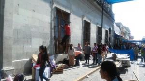 """Logra """"voto de confianza"""" retiro de desplazados en el Zócalo"""