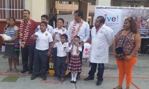 Entrega Benjamín Robles tarjetas de seguro escolar ¡Vive! a niñas y niños de Juchitán