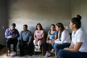 Escucha Gabriela Olvera a líderes de la colonia Gómez Guardado abandonados por las autoridades