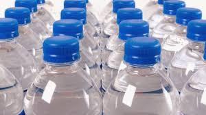Tomar agua embotellada un riesgo para la salud, según expertos