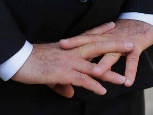 Para detectar la infidelidad solo hay que mirar los dedos