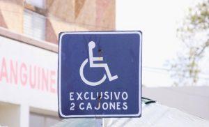 Cada mes, al menos 150 automovilistas ocupan indebidamente espacios para personas con discapacidad