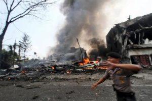 Cae avión militar indonesio; mueren 45