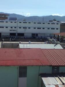 Se amotinan reos en el penal de Miahuatlán.