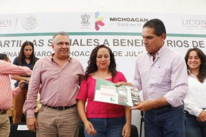 Reciben michoacanos, cartillas sociales de SEDESOL