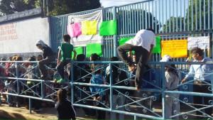 Cansados del paro de la Sección 22, padres de familia protestan en escuela