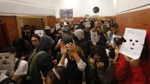 Jóvenes boicotean conferencia de expresidente González en Madrid