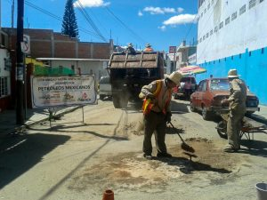 Continúa Gobierno municipal bacheo en diferentes vialidades de la capital