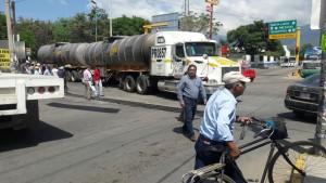 bloquean-avenida-ferrocarril-para-demandar-agua-a-galdino-huerto-escudero