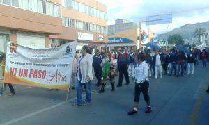 Marchan trabajadores del hospital civil
