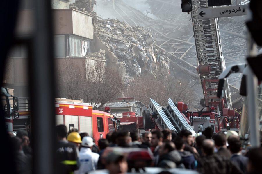 Se derrumba edificio de 17 pisos en Teherán tras un incendio