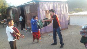 Tianguistas de Tlacolula entregan cobijas a personas de bajos recursos
