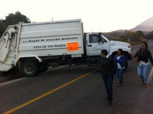 Con bloqueo en San Dionisio Ocotepec rechazan la entrada de un administrador.