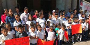 Piden alumnos de Tlaxiaco se reanuden las clases.