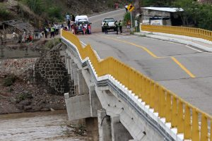 Cierran provisionalmente paso vehicular en puente de Tequisistlán