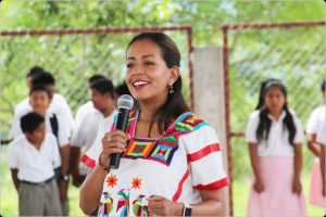 Entrega Mariana Benítez cancha de básquetbol y techado a estudiantes indígenas de Santo Domingo de Morelos