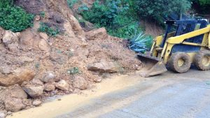 Continúan Gobierno Oaxaca y SCT trabajos en tramos carreteros afectados
