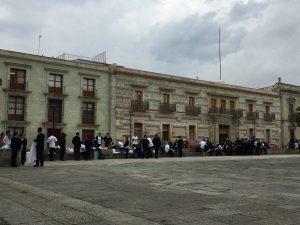 Toman universitarios clases en las calles para exigir respuestas a sus demandas