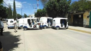 Mototaxistas bloquearon el acceso a Ocotlán de Morelos.