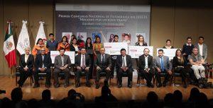 Entrega Reyes Baeza premio a ganadores del primer Concurso Nacional de Fotografía del ISSSTE