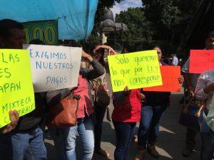 Maestros de niños migrantes piden que les paguen sus quincenas.