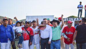 Entrega Carol premiaciones en Liga de Béisbol de Comunidades de Ixtaltepec
