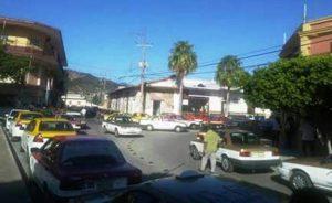 Taxistas bloquean calles frente a Sevitra en Tehuantepec.