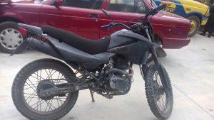Detiene Policía Estatal a tres personas y recupera motocicleta
