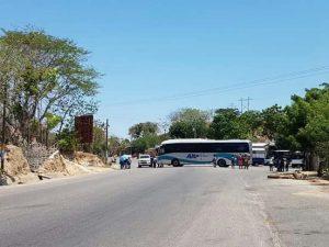 Normalistas bloquean carretera en la Costa