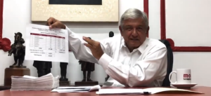 """AMLO muestra expedientes de damnificados apoyados; multa del INE, """"vil venganza"""", insiste"""