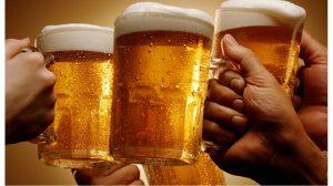 Beber alcohol podría prevenir demencia: estudio