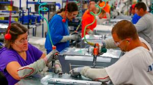 Aumenta personal manufacturero pero bajan los sueldos: INEGI