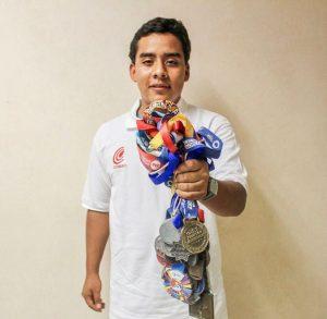 Estudiante y triatleta del COBAO, orgullo oaxaqueño