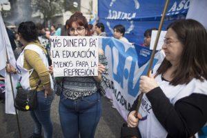 Crisis dispara desempleo en Argentina; llega a 9.6%