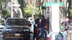 Promesa de reducir precios de combustibles puede meter en líos a próximo gobierno, consideran