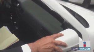 """""""No hay problema"""", dice AMLO a reporteros que rompieron retrovisor de su auto"""