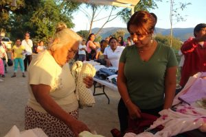 Con el fin de beneficiar a los grupos más vulnerables, Raúl Cruz y su esposa entregan ropa para mitigar el frío