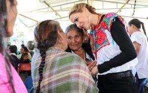 """Ivette Morán de Murat acerca el Programa """"Calidez en Familia"""" en Santa Catarina Juquila"""