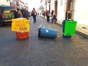 Por regalos navideños trabajadores de la educación cierran calle
