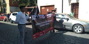 Exigen justicia por maestros asesinados y por activista Samir Flores