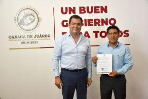 Entrega Oswaldo García Jarquín nombramiento a agente municipal de Donají