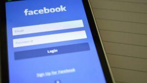 Acciones de Facebook se mantienen pese a caída de plataforma a nivel mundial