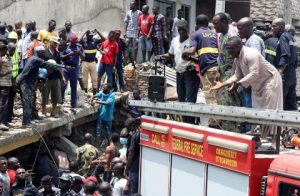 Se derrumba escuela en Nigeria; hay decenas de niños atrapados
