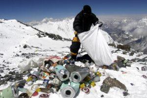 Cómo el monte Everest se convirtió también en el estercolero más alto del planeta