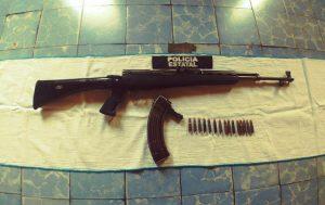 Transportaban un arma tipo fusil AK-47, fueron detenidos